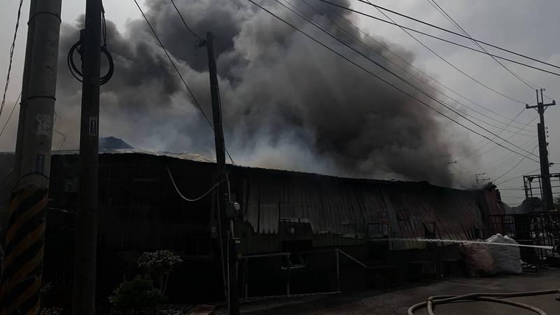 大雅區工廠火災,冒出濃濃黑煙。(記者歐素美翻攝)