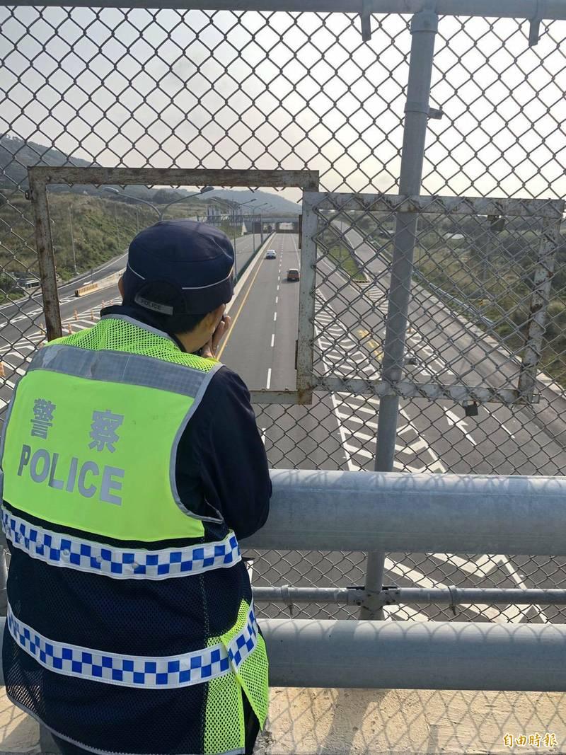 西濱苗栗段區間測速尚未恢復執法,警改跨越橋上人工取締。(記者蔡政珉攝)
