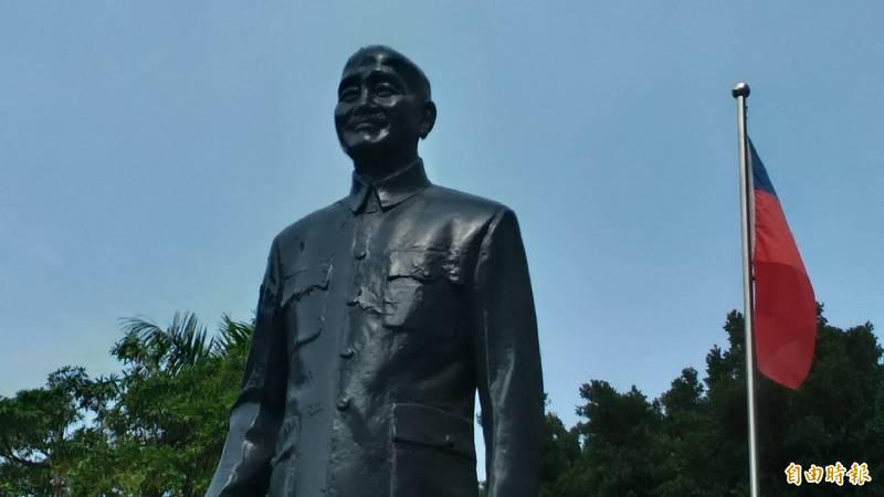 南市議員李啟維表示,台灣社會還是充斥獨裁者銅像,要求拆除蔣介石銅像,讓威權幽靈不再盤據台灣上空。(記者蔡文居攝)