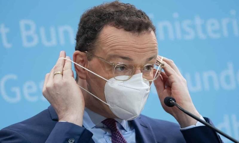 去年10月間曾確診武漢肺炎的德國衛生部長史班(Jens Spahn),日前在公開場合配戴FFP2口罩。(歐新社)