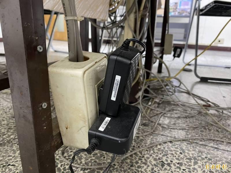 插座同時插2個以上電器產品,很容易因為電力負載過重而出問題。(記者張聰秋攝)