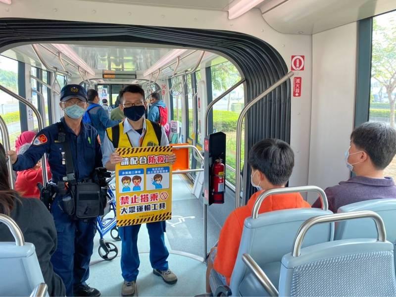 市府防疫人員在輕軌車廂內防疫宣導暨配戴口罩稽查。(圖衛生局提供)