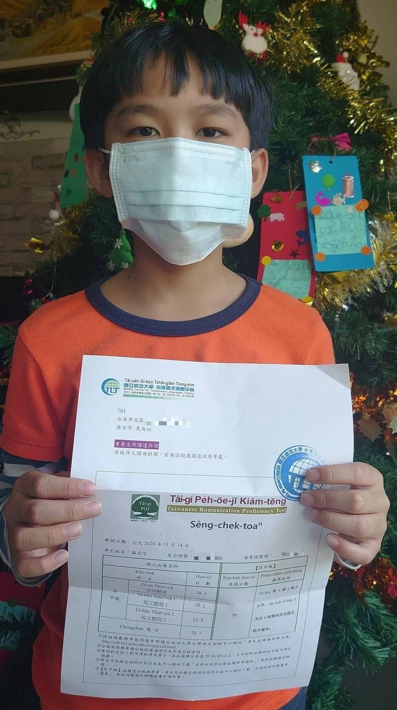 9歲的蔣台宇最近通過台語羅馬字中級檢定。(記者劉婉君攝)