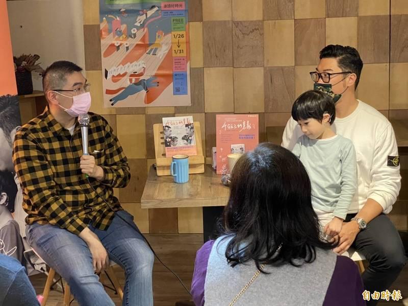 前立委謝國樑(左)今天(24日)回到故鄉基隆,他以聽損兒父親的角色,發表新書《千分之三的意義:兩位聽損兒爸爸一起攜手走過的成長路程》,分享陪伴女兒「小愛」的心路歷程。(記者俞肇福攝)