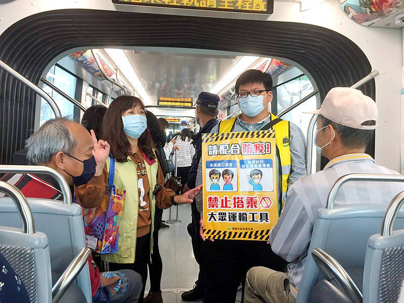 Staff from the Kaohsiung City Government's Department of Health yesterday inform Kaohsiung MRT passengers of ways to prevent the spread of COVID-19. Photo courtesy of Department of Health, Kaohsiung City Government