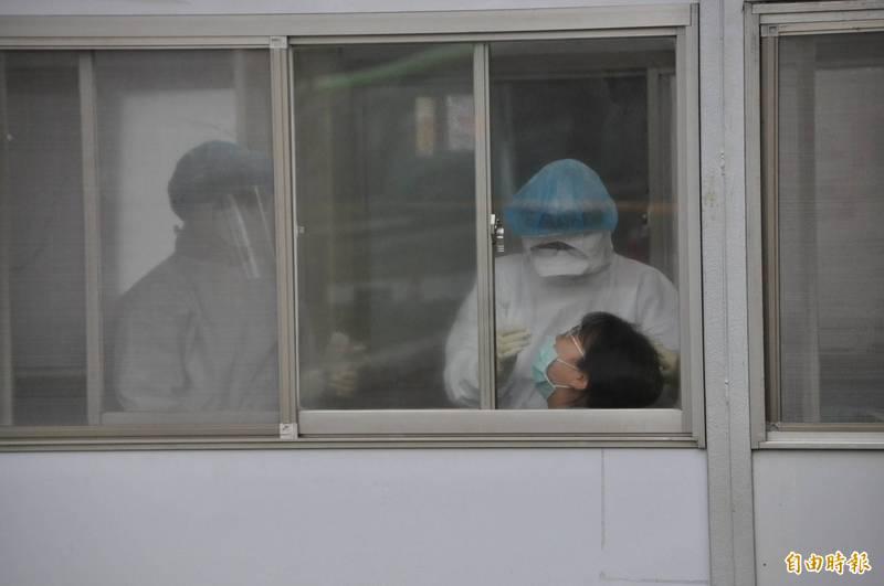 衛福部桃園醫院發生院內群聚感染事件,據傳首例染疫醫師在這段時間不斷自我檢討,回想到底哪個環節出錯,讓周遭的人都感到不捨。圖為衛生福利部桃園醫院的護理人員接受採檢。(資料照)
