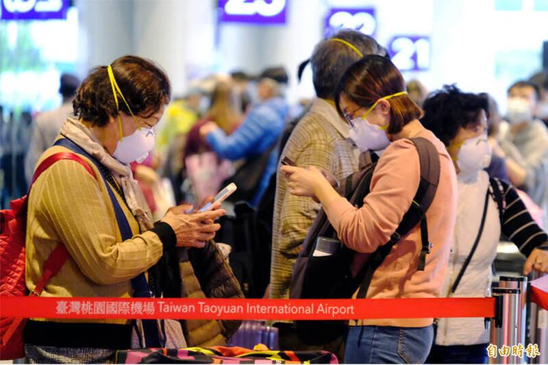 桃園國際機場近日湧現大量返台人潮,旅客都已算好,想在14天的居家檢疫後趕上與家人共享年夜飯,最慢須在27日入境,根據預報資料顯示,28日後每天入境人數不到千人。(資料照,記者朱沛雄攝)