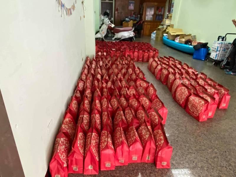 一名臉書網友在社團分享自己「超狂購物體驗」,她買了280個福袋,中了1張15獎和10張16獎,家裡堆滿了福袋。(圖擷取自「全家夯什麼」陳姓網友貼文)