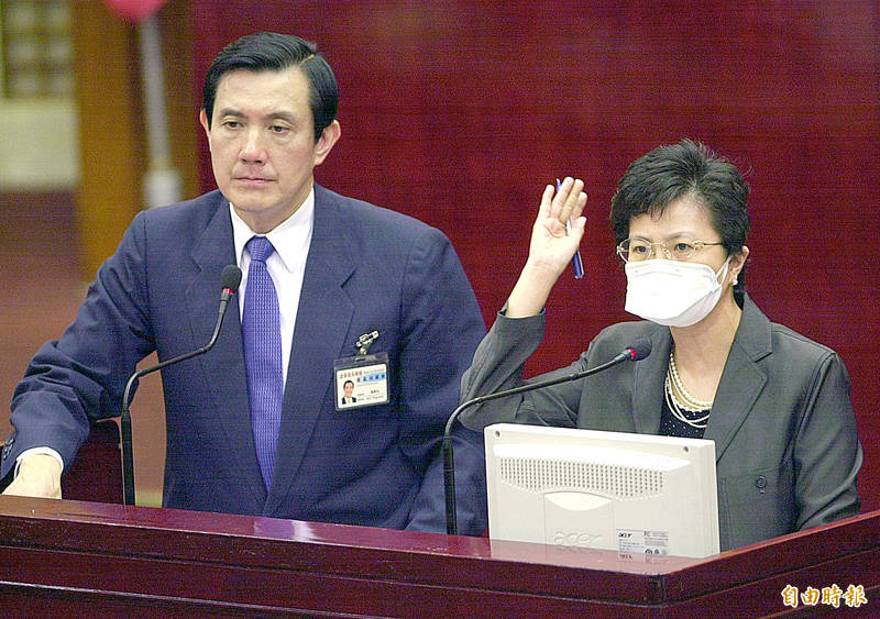 圖為2003年4月24日時任台北市長馬英九(左)與時任市府衛生局長邱淑媞(右)在市議會專案報告SARS疫情。(資料照)