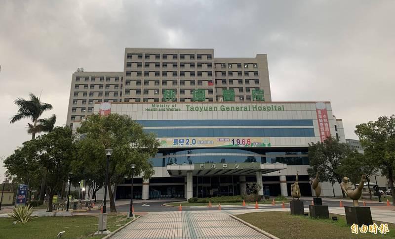 衛福部桃園醫院這次爆發院內群聚感染的大樓位於後棟住院中心的「醫療大樓」。(記者陳恩惠攝)