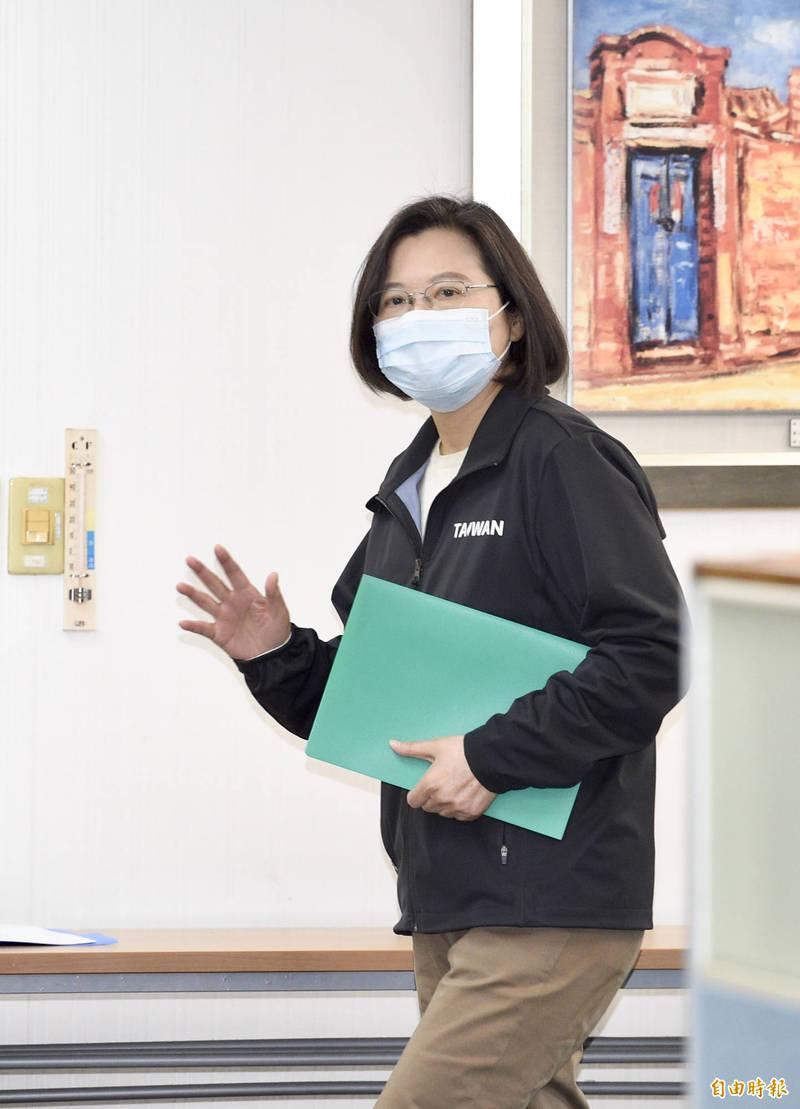 總統蔡英文今天表示,因應最新疫情狀況,已提升防疫措施,回溯擴大衛福部桃園醫院居家隔離對象的範圍。(資料照)