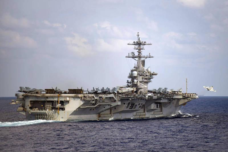 與日本自衛隊在菲律賓海進行軍演結束後,美軍核動力航空母艦「羅斯福號」昨(23日)經台灣南方的巴士海峽進入南海。(美聯社)