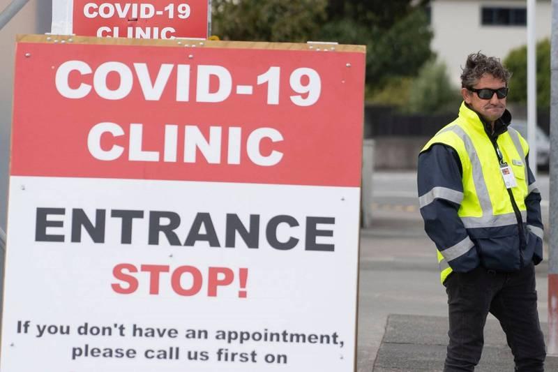 紐西蘭近幾個月首度新增社區感染案例;圖為2020年4月威靈頓附近一處武漢肺炎專用診療中心外的告示。(法新社資料照)