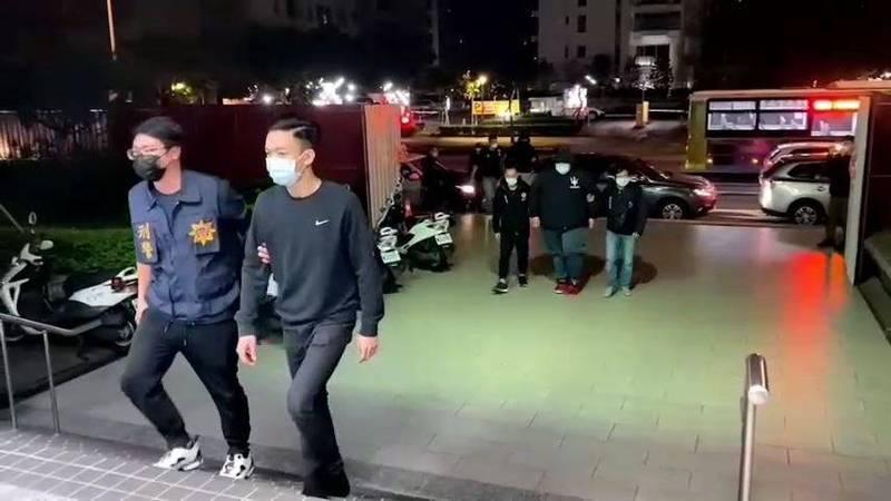 警方凌晨將涉嫌持刀傷人的25歲劉姓男子(走第一人)帶回詢問。(記者姚岳宏翻攝)