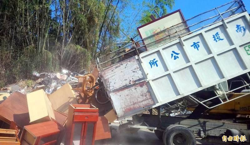 南投市公所清運垃圾情形。(資料照,記者謝介裕攝)