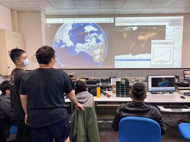 中央大學太空科學研究所團隊今早進行首次通聯測試準備。(中央大學太空科學研究所臉書粉專)