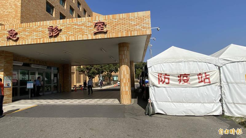醫院在戶外設置發燒篩檢的防疫站。(記者楊金城攝)