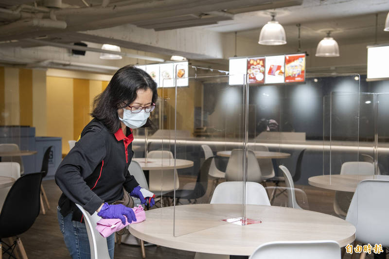 桃園市政府市政大樓加強消毒作業。(記者周敏鴻攝)