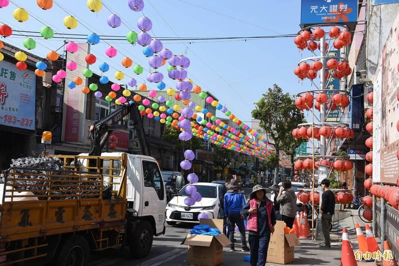 福興宮燈廊開始布置,為台灣祈福。(記者林國賢攝)