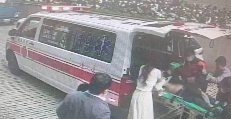 救護車將疑似被食物噎住陷入昏迷的黃姓老翁送醫急救。(記者王俊忠翻攝)