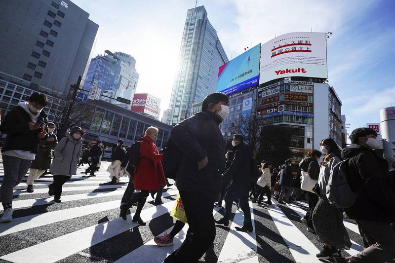 英國專家分析,由於疫苗生產和分送進度落後,日本恐怕10月才能達成群體免疫,屆時東京奧運會早已結束。圖為疫情下的東京街頭。(美聯社)