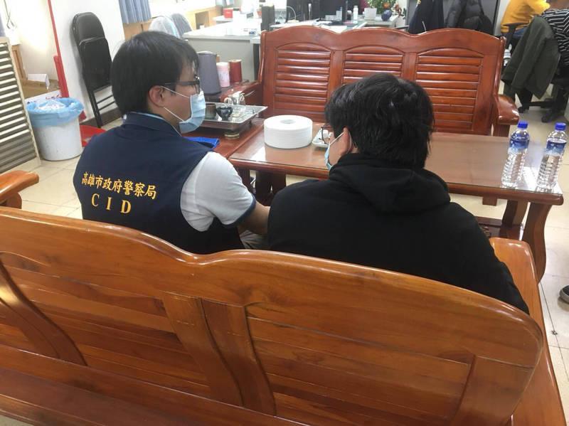 17歲少年(右)扛家計卻無照駕駛出車禍,法院通知未到,少年隊尋獲認證孝子。(記者黃良傑翻攝)