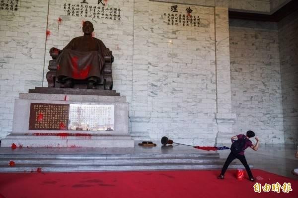 中正紀念堂大廳的蔣介石銅像,過去頻遭獨派團體潑紅漆抗議。(資料照)