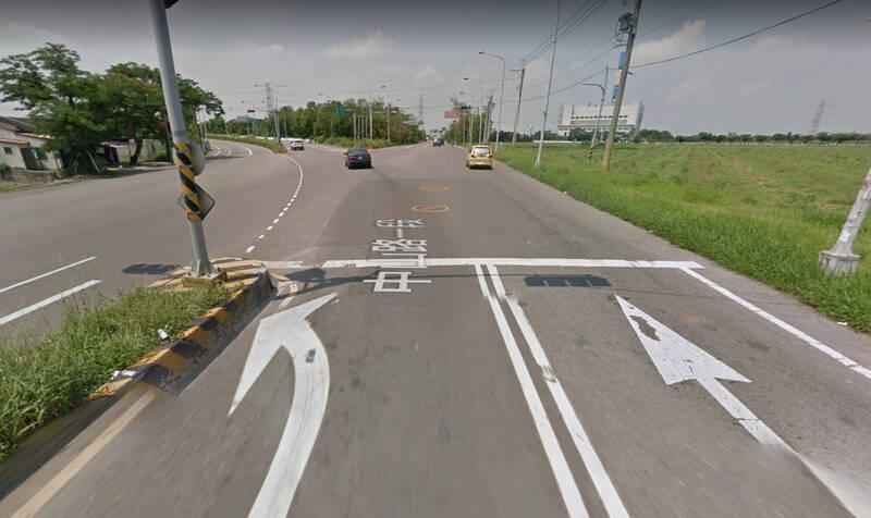 江姓女駕駛行駛內車道直行,在路口處撞上騎乘外車道左轉男子,擅自移開事故車輛,也未等警護到場就離開現場,被開罰6000元,吊銷駕照3年。(圖擷取自google map)