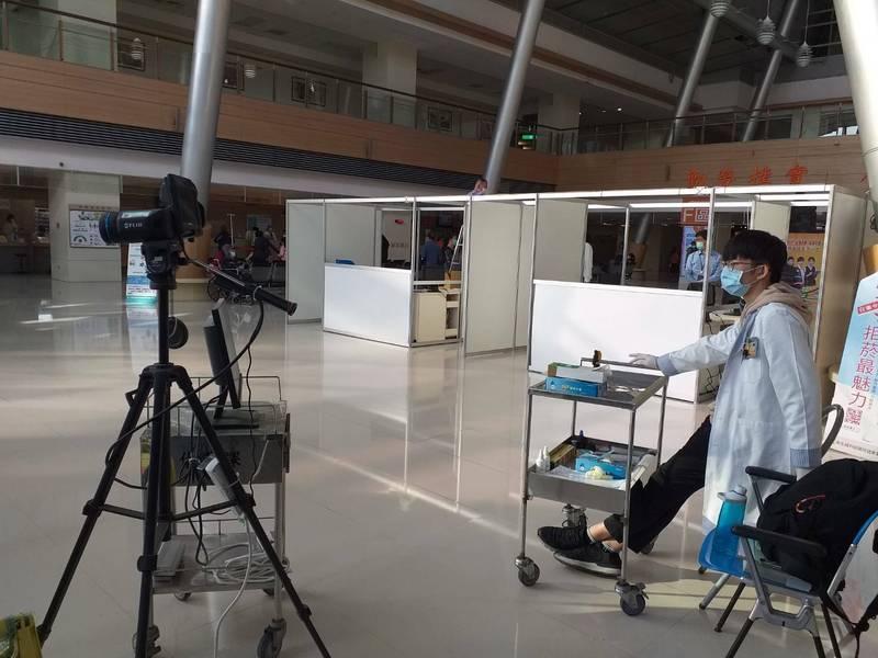嘉義長庚醫院院區進行體溫檢測。(記者林宜樟翻攝)