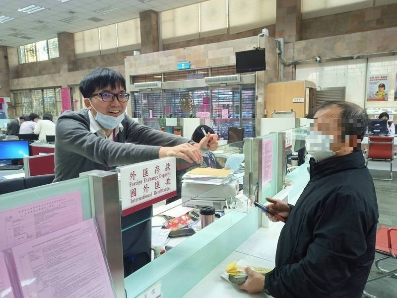 徐男(右)前往銀行匯款被行員發現異狀通報警方。(記者王冠仁翻攝)