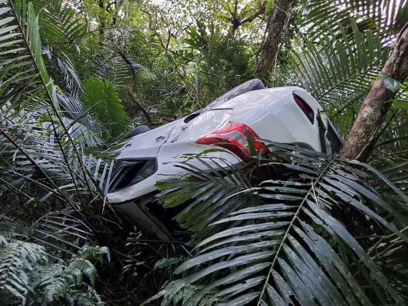 宜蘭縣頭城鎮一輛小客車發生墜谷意外。(記者蔡昀容翻攝)