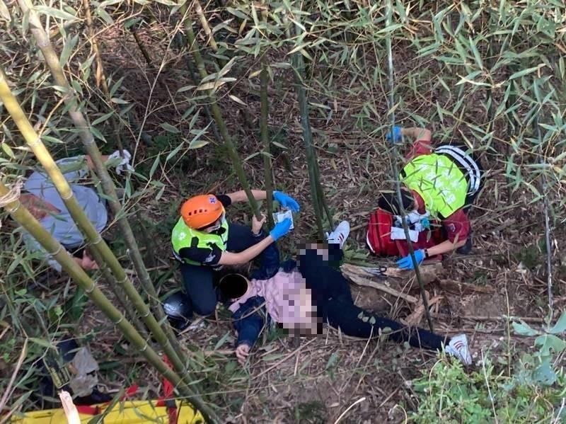 男子騎車摔落一旁坡地竹林,左小腿開放性骨折送醫治療。(記者蔡政岷翻攝)