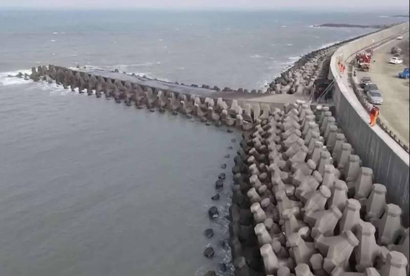 彰化縣消防局今天在彰濱工業區海邊出動空拍機空中搜尋失蹤的林男。 (記者湯世名翻攝)