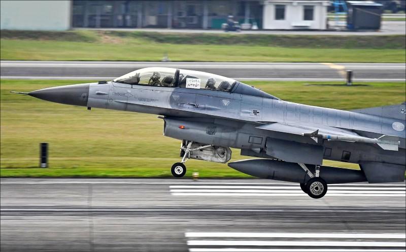 昨早空軍花蓮基地有架F-16雙座戰機在起降時,後座的飛行員熱情秀出手寫的「台灣醫護團隊加油!」海報。(圖:讀者陳姓航空迷提供)