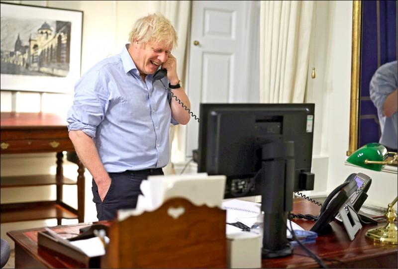 英國首相強森23日與美國總統拜登通話,雙方誓言深化關係與合作應對氣候變遷。(路透)