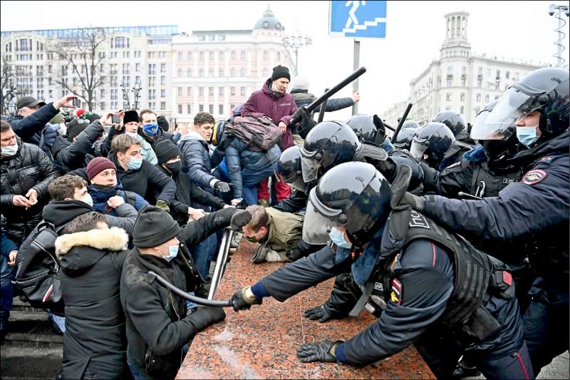 俄國警方在全國各地逮捕至少3435名抗議者。(法新社)