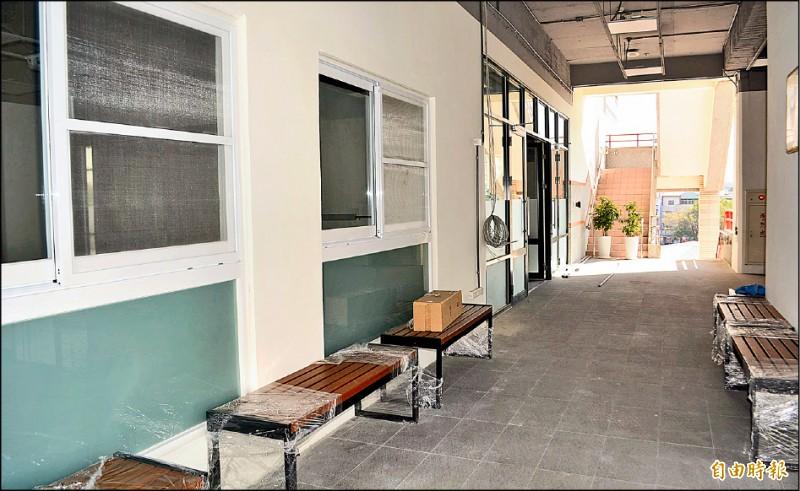 大里公所將到纖維工藝博物館3樓臨時辦公,辦公室已完成裝修,並增設民眾洽公等候座椅。(記者陳建志攝)