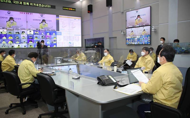 南韓新增437例確診,累計逾7.5萬病例。圖為南韓總理丁世均在首爾主持防疫會議。(歐新社)