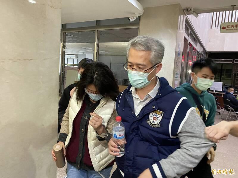 育揚中醫診所院長楊玉台(藍衣者)、醫師歐乃慈(左)夫婦移送北檢複訊。(記者陳慰慈攝)