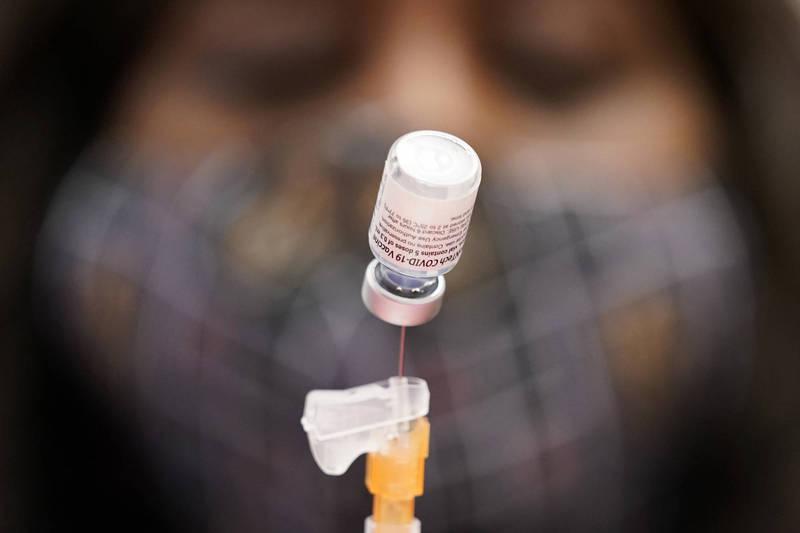 輝瑞(Pfizer)與德國藥廠BioNTech準備首批100萬劑疫苗,已經完成生產程序,預計於2月下旬便可由德國運抵香港。(美聯社)