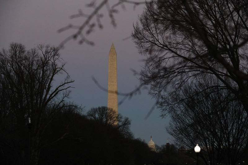 華府國家廣場裡的華盛頓紀念碑(見圖)當地時間週日晚間突然黯淡無光,美國國家公園管理局正在調查問題起因,而網友也一陣熱議。(美聯社)