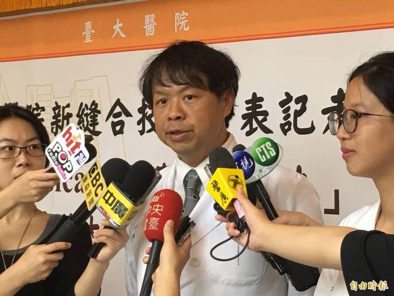 台大醫院婦產科醫生施景中(中)表示,台灣距離防疫失控的情況相差非常遠,台灣至今仍有防疫的資源與底氣,醫護人員至今也仍無怨無悔守在防疫前線,因此也希望民眾能與醫護人員一齊再努力守下去。(資料照)