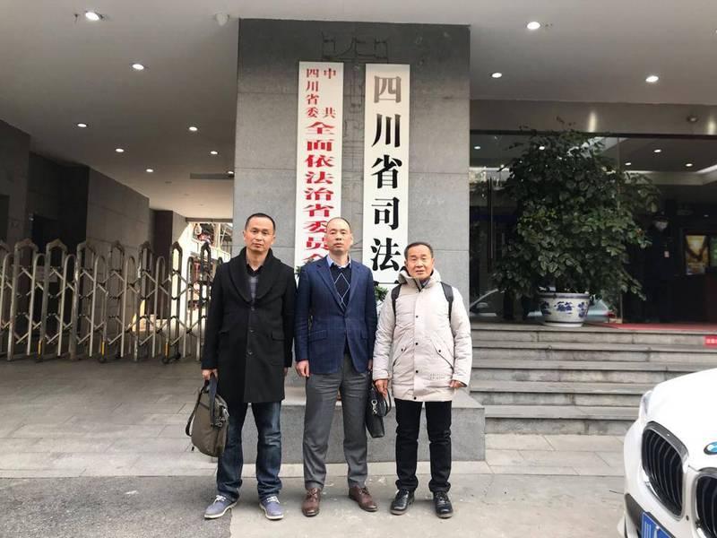 盧思位(中)本月15日遭中國四川省司法廳吊銷律師執業證書,今(25)日又被四川省律師協會以「危害國家安全」為由,取消會員資格,作為紀律處分。(圖擷取自推特_@CHRDnet)