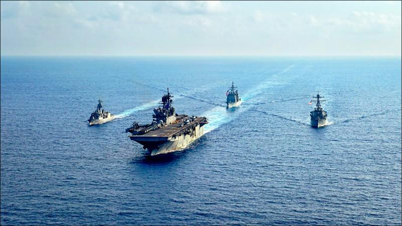 澳洲政府矢言與美國新政府合作抗中,並斥資發展新式海軍武器,維繫在印度—太平洋地區的威懾力。圖左至右為澳洲海軍護衛艦「巴拉馬塔號」(HMAS Parramatta),去年四月與美國海軍兩棲攻擊艦「美利堅號」(USS America)、巡洋艦「碉堡山號」(USS Bunker Hill)和驅逐艦「貝瑞號」(USS Barry),在南海舉行聯合演習。(路透檔案照)