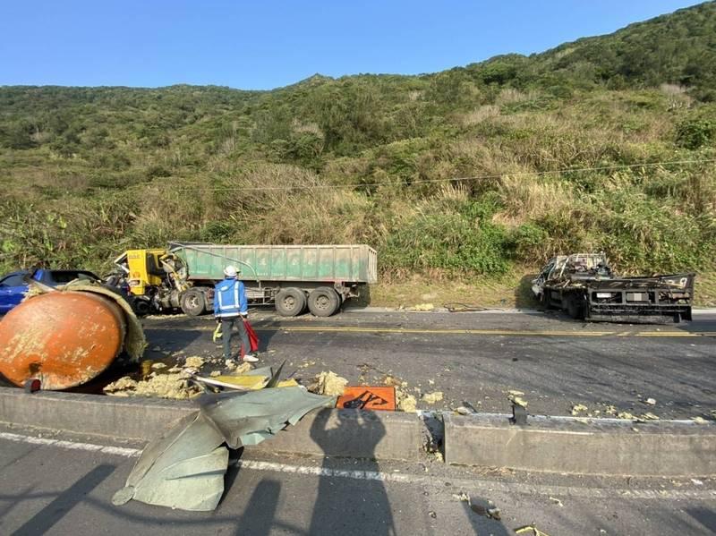 江姓駕駛後方載運的廢油桶橫躺路中央,小貨車車頭全毀。(記者吳昇儒翻攝)