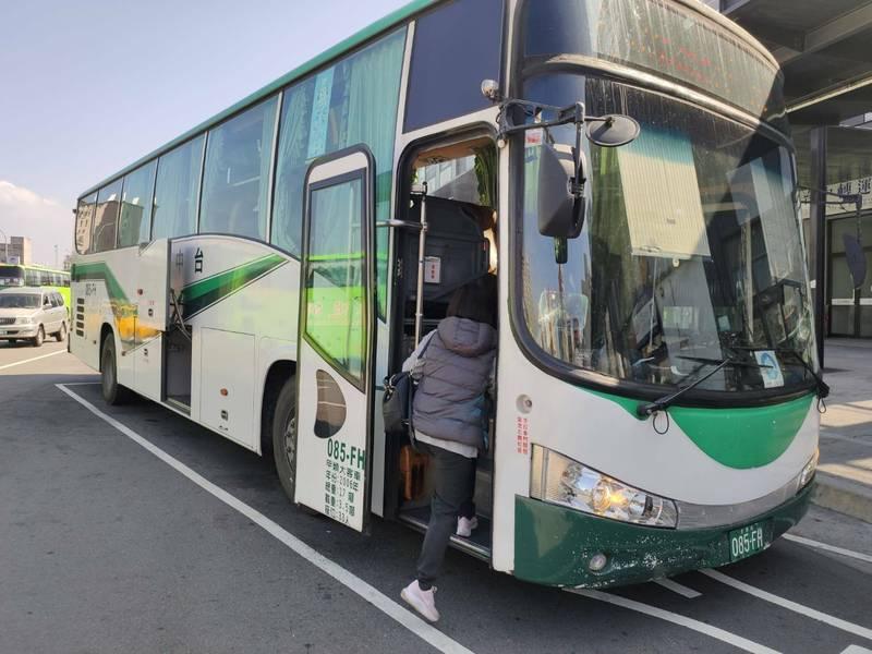 公路總局在春節連假2月9日至16日期間,推出春節疏運優惠,包含國道票價優惠、轉乘優惠、台灣好行路線半價等。(圖由台中區監理所提供)