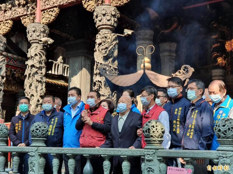 侯友宜到三峽祖師廟上香,並感謝廟方配合防疫取消大型群聚活動。(記者邱書昱攝)