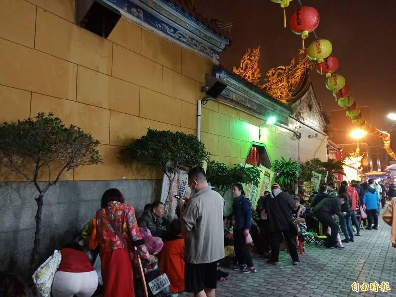 台灣首廟天壇(天公廟)民眾大排長龍準備領除夕開運紅包的景象,今年將無緣見到。(記者王姝琇攝)