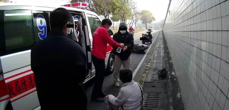 7旬婦人疑因口罩遮眼,撞路邊受傷,救護人員幫她包紮止血。(記者王善嬿翻攝)