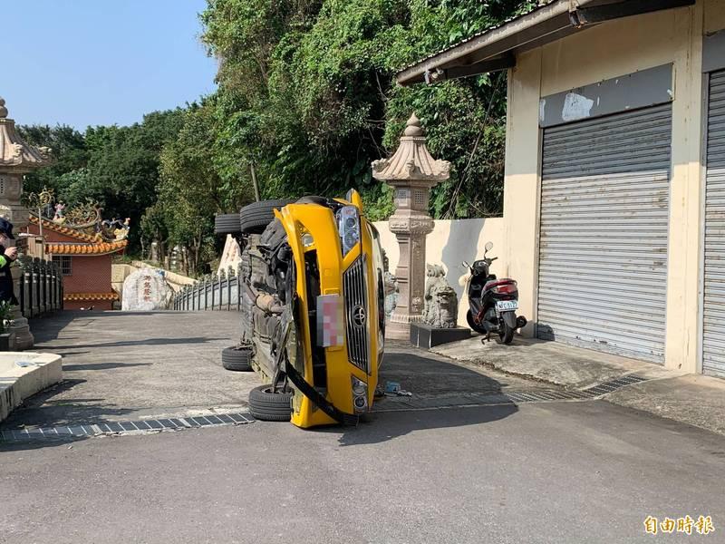 計程車撞上一旁水泥護欄翻覆。(記者吳昇儒攝)
